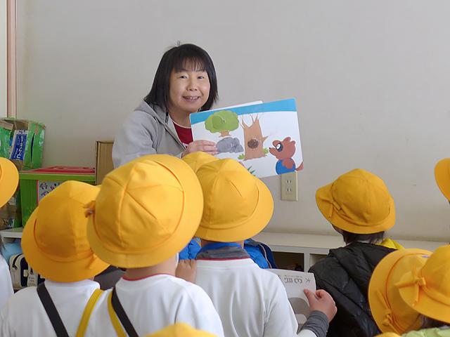河輪幼稚園幼稚園 バスを降りてお迎えの先生におはよう