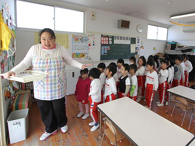 河輪幼稚園幼稚園 みんなで手を合わせていただきます