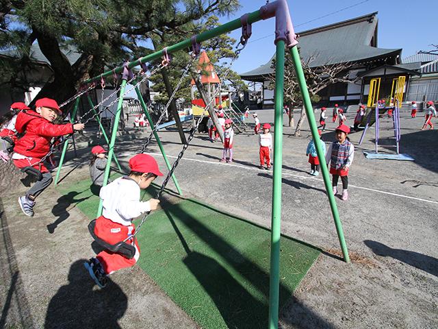 河輪幼稚園 園庭でのびのびブランコ