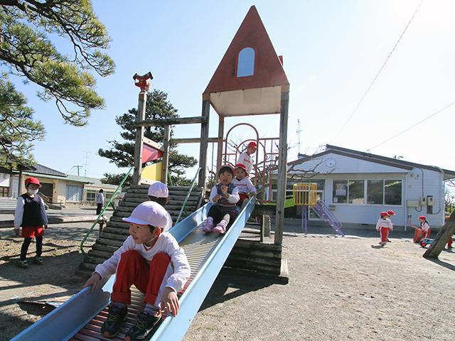 河輪幼稚園 園庭の滑り台も大人気